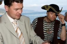 Бутылка, пойманная в море или лучайностей в пиратской жизни не бывает :)